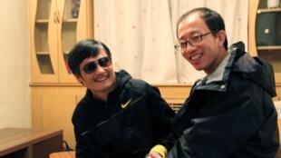 Ảnh chụp luật sư Trần Quan Thành với ông Hồ Giai (Reuters)
