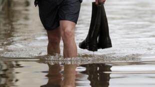 Un hombre camina por una calle inundada en Montargis, Francia. 1ro de Junio de 2016.