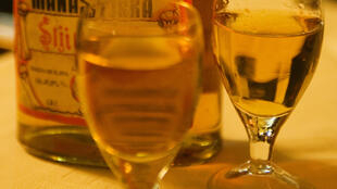 Un verre contenant de la rakia.