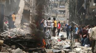 Người dân xem xét thiệt hại sau một vụ không kích tại khu vực Bustan Al Qasr ở Aleppo do quân nổi dậy kiểm soát, ngày 28/04/2016.