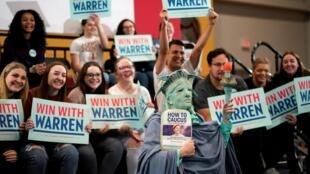 Des supporters de la sénatrice démocrate Elizabeth Warren attendent leur candidate. Iowa, le 1er février 2020.