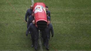 Гроб Эйсебио на стадионе «Да Луж», (Luz) в Лиссабоне в 13:38 (GMT)
