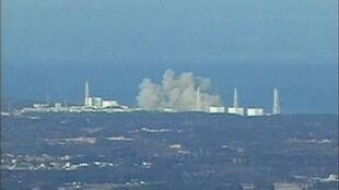 Smoke rises from Fukushima Daiichi 1 nuclear reactor after the explosion