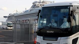 Ônibus que aguardava no porto de Yokohama para transportar os primeiros passageiros autorizados a deixar a quarentena do Diamond Princess, nesta quarta-feira 19 de fevereiro de 2020.