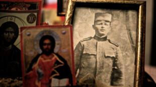 Photo d'un soldat dans l'ossuaire du cimetière serbe de Thessalonique.