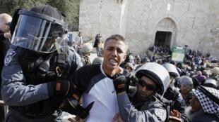 Jovem palestino é preso pela polícia israelense ao tentar protestar contra os ataques em Jerusalém.