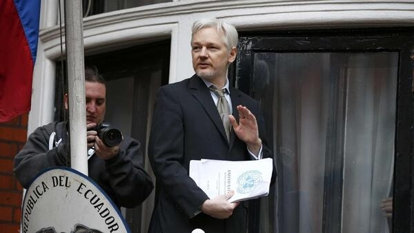 «Victoire!», a lancé vendredi après-midi le fondateur de WikiLeaks en apparaissant au balcon de l'ambassade de l'Equateur à Londres.