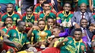 Les Camerounais, vainqueurs de la CAN 2017, posent avec le trophée remis au vainqueur de la Coupe d'Afrique des nations de football.