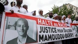 Manifestantes protestam contra ato racista que causou morte de estudante da Guiné