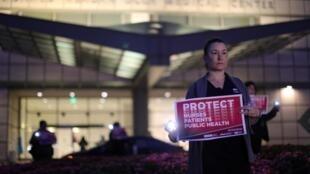 Veillée aux chandelles devant le centre médical Ronald Reagan de UCLA (l'Université de Californie à Los Angeles) en soutien au personnel soignant, le 30 mars 2020.