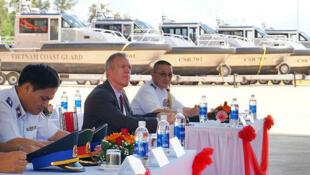 Đại sứ Mỹ tại Việt Nam Ted Osius (g) dự lễ bàn giao xuồng tuần tra Metal Shark cho Cảnh Sát Biển Việt Nam ngày 22/05/2017 tại Quảng Nam. Ảnh minh họa