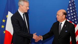 Bộ trưởng Thương Mại Pháp Bruno Le Maire (T) và đồng nhiệm Mỹ Wilbur Ross trước cuộc hội kiến ở trụ sở bộ Tài Chính, Paris, 31/05/2018.