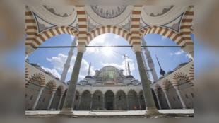 L'association İstanbul Cami ve Eğitim-Kültür Hizmet Birimleri Yaptırma ve Yaşatma Derneği