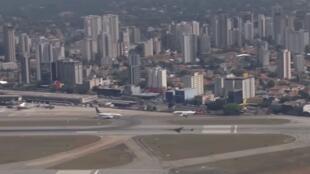 Avião da TAM chega no aeroporto de Congonhas, cuja pista ganhou uma saída de escape para chegadas após o acidente de 2007.