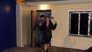 Nadezhda Tolokonnikova, una de las Pussy Riot, en el momento de salir de prisión en Krasnoyarsk, el 23 de diciembre de 2013.