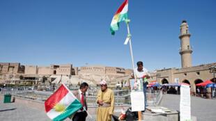 Bandeiras curdas colocadas em praça na cidade de Erbil, capital do Curdistão iraquiano.