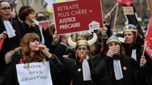 """Manifestation organisée par le collectif """"SOS Retraites"""" qui rassemble des avocats, médecins, infirmières et autres travailleurs indépendants, pour protester contre le projet de réforme du système de retraites, le 3 février 2020, à Paris."""
