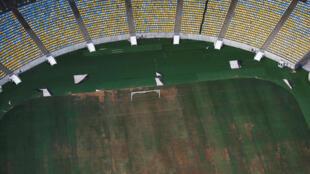 Vista aérea do estádio Maracanã, no Rio de Janeiro, com o gramado abandonado.