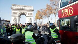 """""""Coletes amarelos"""" tentam bloquear a circulação no Arco do Triunfo, em Paris."""