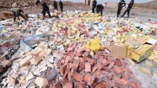 Dakar, Champ de tir des Mamelles, le 21 avril 2015. Destruction de quatre tonnes de produits contrefaits et de faux médicaments, saisies lors de l'opération «Porc-Epic» menée par les autorités pharmaceutiques sénégalaises et chapeautée par Interpol.