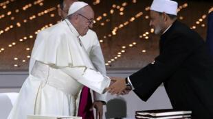 Papa Francisco cumprimenta o Grande Imã de al-Azhar Sheikh Ahmed al-Tayeb durante encontro inter-religioso em Abu Dhabi, nos Emirados Árabes Unidos, 4/02/2019