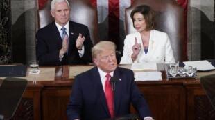 Troisième discours sur l'état de l'Union de Donald Trump. Derrière lui, le vice-président Mike Pence et Nancy Pelosi, chef de file de l'opposition démocrate et présidente de la Chambre des représentants, Washington, le 4 février 2020.