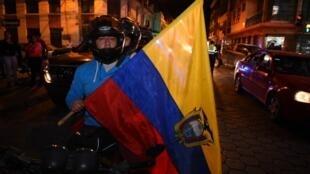 Moradores locais da cidade de Ibarra, no norte do Equador, gritam slogans contra imigrantes venezuelanos em um protesto perto do local onde uma mulher equatoriana foi assassinada por um venezuelano em 21 de janeiro de 2019, no centro de Ibarra.