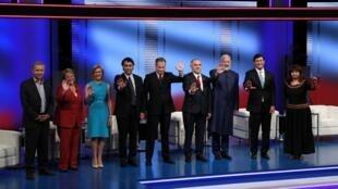 Los candidatos antes de que empiece el debate televisivo, este 29 de octubre en Santiago de Chile.