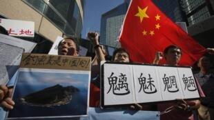 中国民众在日本驻华使馆门前示威抗议日本政府购买钓鱼岛,2012年9月11日。