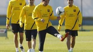 Lionel Messi, atacante do Barcelona, exercita-se com os colegas durante treino em Yokohama, no sul de Tóquio.