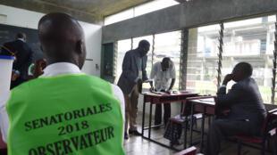 Un bureau de vote à Cocody, district d'Abidjan, lors des élections sénatoriales, le 24 mars 2018 (image d'illustration).