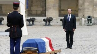French President Francois Hollande (R) in front of the coffin of late former French Prime Minister Pierre Mauroy