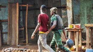 Un homme est arrêté par la police à Conakry, le 14 janvier 2020, lors d'une manifestation à l'appel du FNDC. (image d'illustration)
