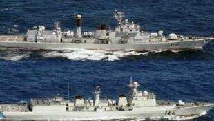 七艘中国海军军舰2012年10月16日穿过钓鱼岛以南的日本毗连区,图为其中两艘军舰。