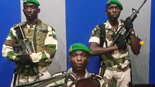 Imagem dos militares lendo um comunicado na rádio e televisão do Gabão, durante a sua tentativa de golpe a 7 de Janeiro em Libreville.