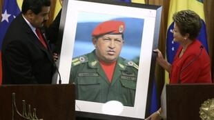 Nicolás Maduro entrega quadro com foto de Hugo Chávez à presidenta Dilma Rousseff