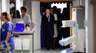 Le président français Emmanuel Macron rend visite à l'hôpital de la Pitié-Salpêtrière pour apporter son soutien aux soignants face au coronavirus le 27 février 2020.