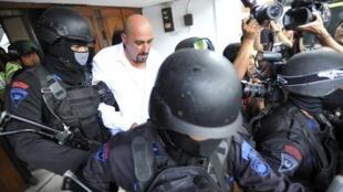 Le Français Serge Atlaoui (centre) à sa sortie du tribunal de Tangerang le 11 mars 2015
