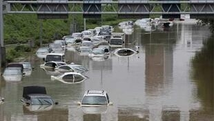 Cars caught in floods in Seoul