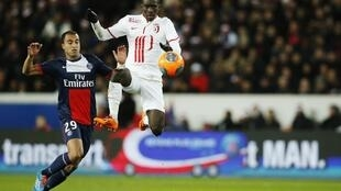 Lucas Moura (esquerda), avançado do Paris Saint-Germain, frente a Idrissa Gueye (direita), médio do Lille.