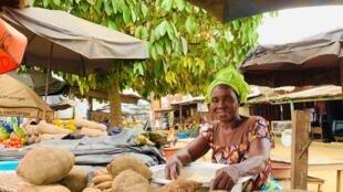 Une commerçante sur le marché de Samo, situé à quelques kilomètres d'Abidjan en Côte d'Ivoire.