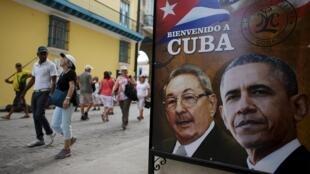 Cartel con las caras de Barack Obama y Raúl Castro en La Habana, este 17 de marzo de 2016.