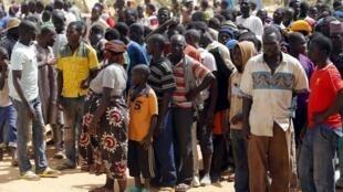 Des réfugiés nigérians et d'autres personnes déplacées par l'insurrection de Boko Haram font la queue après leur arrivée au Nigéria, à Geidam, le 6 mai 2015.