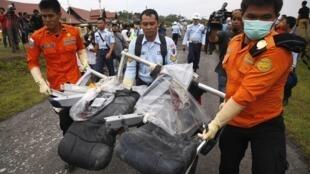 從亞洲航空失事班機遺骸中找到的遺體