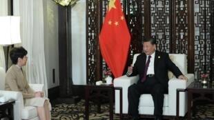 Chủ tịch Trung Quốc Tập Cận Bình (P) và lãnh đạo đặc khu Hồng Kông Lâm Trịnh Nguyệt Nga tại Thượng Hải, ngày 04/11/2019.