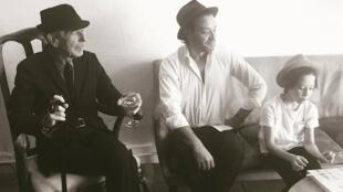 لئونارد کوهن همراه با پسرش آدام کوهن و پسر او