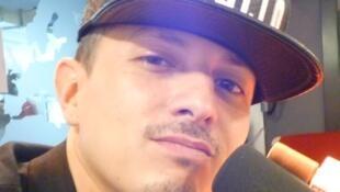 El rapero franco-colombiano Rocca en los estudios de RFI en París.