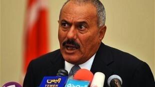 O presidente do Iêmen, Ali Abdallah Saleh, assinou nesta quarta-feira um acordo de transferência pacífica de poder