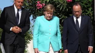 Маттео Ренци (слева), Ангела Меркель и Франсуа Олланд на могиле Альтьеро Спинелли на острове Вентетоне, 22 августа 2016.