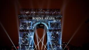 L'Arc de Triomphe lors du passage de la nouvelle année 2019.